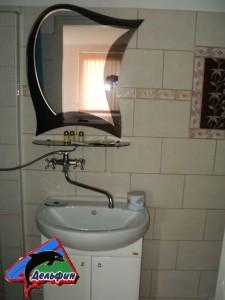 Зеркало и умывальник - номер с кухней 3-х местный
