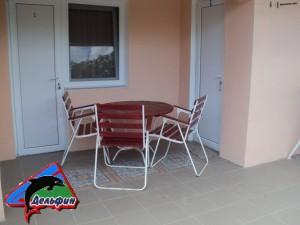 Столик со стульями у номера - номер с кухней 3-х местный