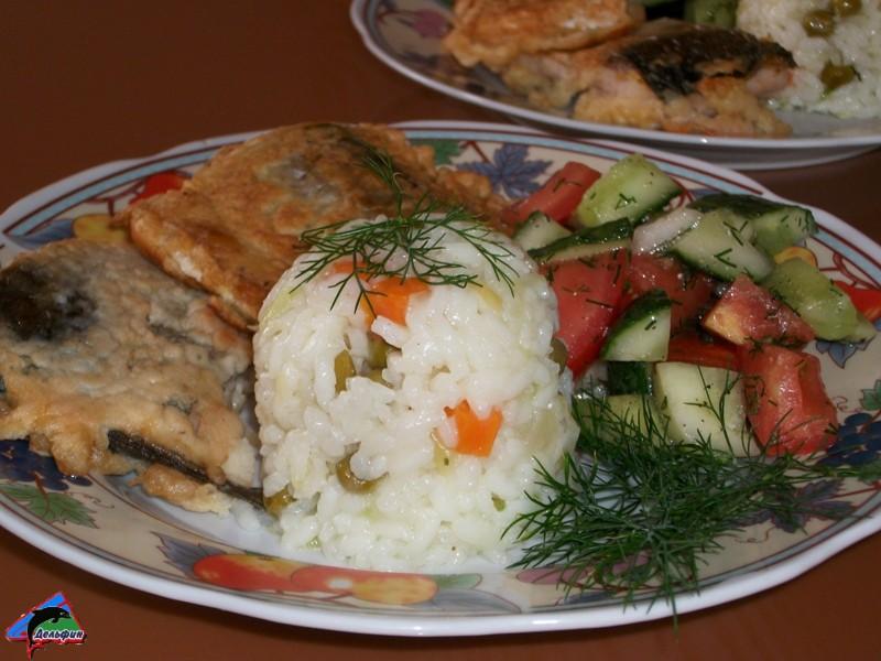 Второе блюдо - Рис отварной с жаренной кефалью и салат